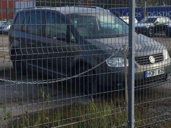 """Skaitytojo nuotr./Iš kauniečio teismo konfiskuotas """"VW Touran"""""""