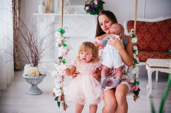 Charizma photography nuotr./Ineta Puzaraitė-Žvagulienė su dukra Barbora ir sūnumi Bernardu