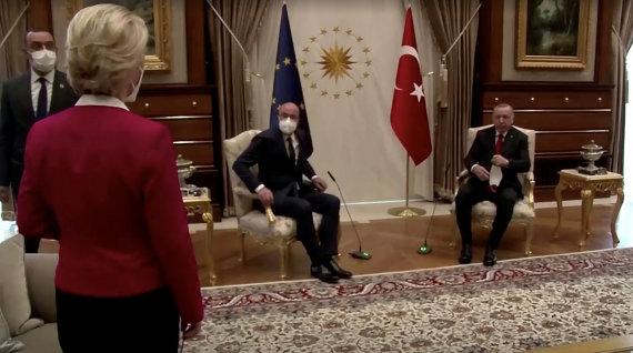 """""""Reuters""""/""""Scanpix"""" nuotr./U.von der Leyen stovi, o R.T.Erdoganas ir Ch.Michelis sėdi"""