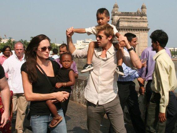 """""""Scanpix""""/AP nuotr./Angelina Jolie ir Bradas Pittas su įvaikiais Zahara ir Maddoxu (2006 m.)"""