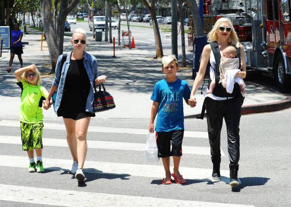 Vida Press nuotr./Gwen Stefani su sūnumis ir jų aukle Mindy Mann