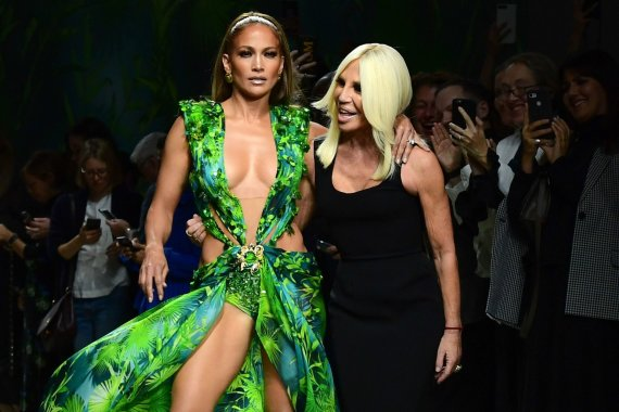 "AFP/""Scanpix"" nuotr./Jennifer Lopez ir Donatella Versace"