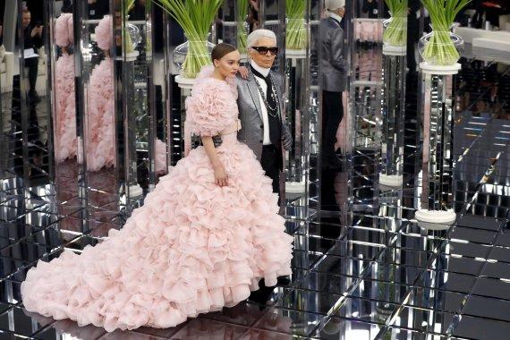 """AFP/""""Scanpix"""" nuotr./Lily-Rose Depp ir Karlas Lagerfeldas """"Chanel"""" aukštosios mados pristatyme"""