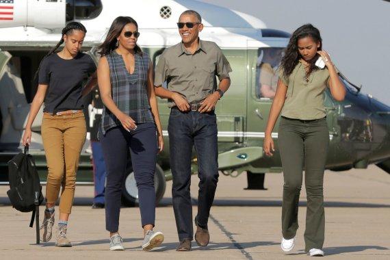 """""""Reuters""""/""""Scanpix"""" nuotr./Barackas ir Michelle Obamos su dukromis Sasha ir Malia"""