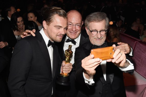 "AFP/""Scanpix"" nuotr./Leonardo DiCaprio, Arnonas Milchanas ir Stevenas Spielbergas"