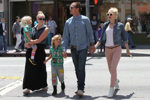Vida Press nuotr./Gwen Stefani ir Gavinas Rossdale'as su sūnumis ir jų aukle Mindy Mann (2012 m.)