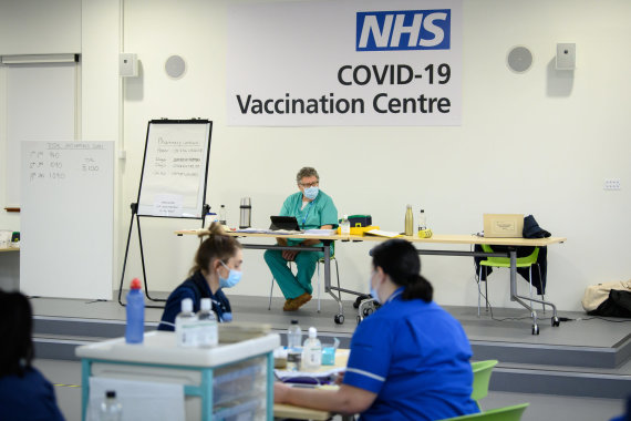 """""""Scanpix""""/""""PA Wire""""/""""Press Association Images"""" nuotr./Jungtinėje Karalystėje skiepijama nuo koronaviruso"""