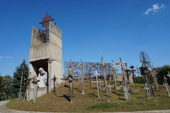 """""""Tikslas – Amerika"""" nuotr./Kryžių kalnas Šv. Jono tautinėse kapinėse Misisagoje, Kanadoje"""