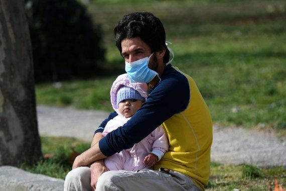 """""""Reuters""""/""""Scanpix"""" nuotr./Vyras su vaiku Salonikuose, Graikijoje"""