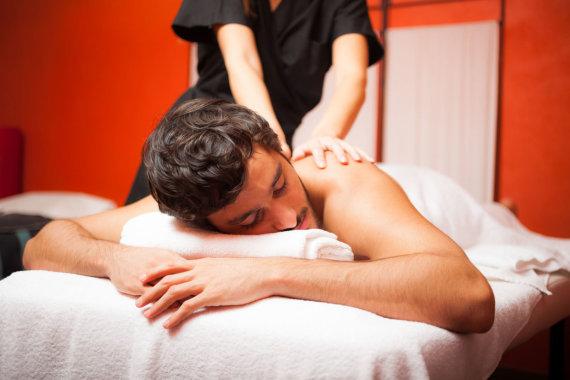 123RF.com nuotr./Vyrui atliekamas masažas.