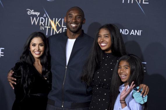 """""""Scanpix"""" nuotr./Kobe Bryantas su žmona Vanessa ir vaikais"""