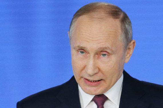 """""""Scanpix""""/AP nuotr./Vladimiras Putinas skaito metinį pranešimą"""