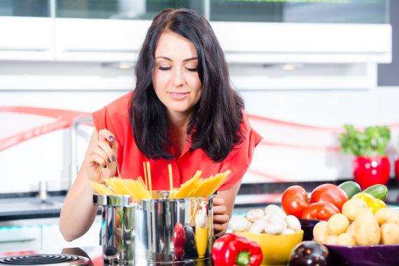 Fotolia nuotr./Moteris virtuvėje