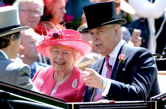 """""""Scanpix""""/""""PA Wire""""/""""Press Association Images"""" nuotr./Karalienė Elizabeth II su sūnumi princu Andrew"""