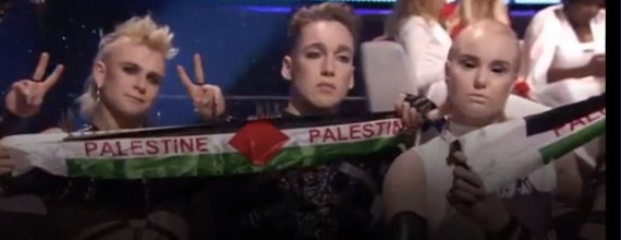 """Stop kadras/""""Eurovizijos"""" finale – Islandijos atstovų akibrokštas:"""
