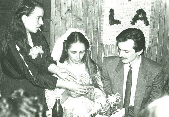 Asmeninio G.Kadžytės archyvo nuotr. /Linos ir Alvido Stočkų vestuvės. Vainikėlio nusegimo apeiga