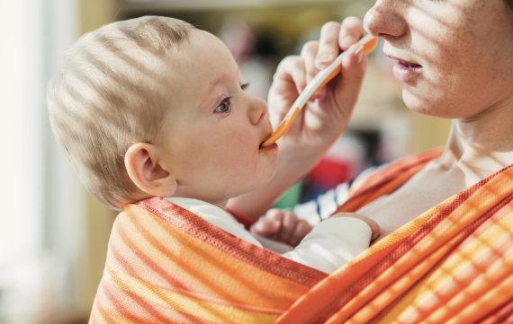 Fotolia nuotr./Kūdikis nešioklėje