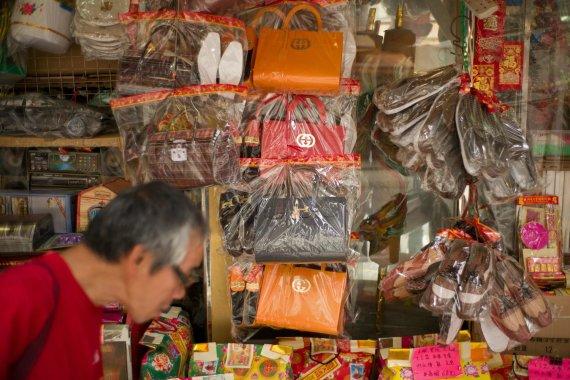 """AFP/""""Scanpix"""" nuotr./Į """"Gucci"""" prekes panašios kopijos Honkonge"""
