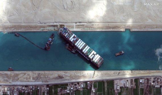 """Reuters""/""Scanpix"" nuotr./Sueco kanalą užblokavęs konteinerinis laivas ""Ever Given"""
