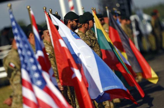 """""""Reuters""""/""""Scanpix"""" nuotr./NATO šalių narių vėliavos"""