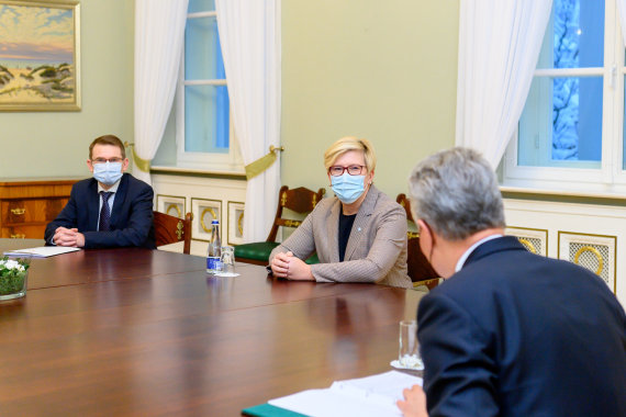 LR Prezidento kanceliarijos/R.Dačkaus nuotr./Prezidentas susitiko su ministre pirmininke Ingrida Šimonyte ir sveikatos apsaugos ministru Arūnu Dulkiu