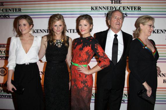 Vida Press nuotr./Meryl Streep su vyru Donu Gummeriu ir dukromis (iš kairės) Grace, Mamie ir Louisa
