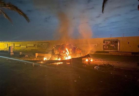 """AFP/""""Scanpix"""" nuotr./Po bepiločio orlaivio smūgio sunaikintas automobilis, kuriuo važiavo Q.Soleimani"""