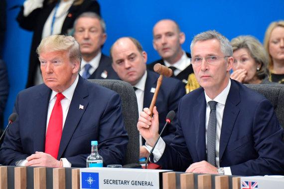 """AFP/""""Scanpix"""" nuotr./Donaldas Trumpas ir Jensas Stoltenbergas"""