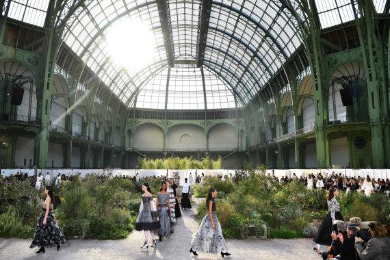 """AFP/""""Scanpix"""" nuotr./""""Chanel"""" 2020 m. pavasario ir vasaros kolekcijos modeliai Didžiuosiuose rūmuose"""