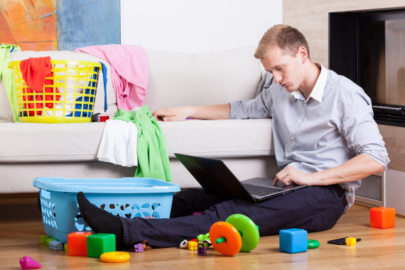Shutterstock nuotr./Vyras tvarko namus.