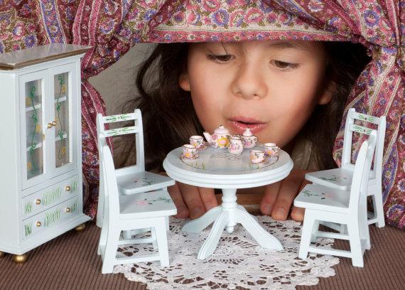 123RF.com nuotr./Mergaitė žaidžia