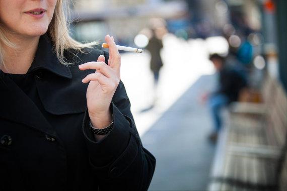 Vida Press nuotr./Moteris rūko