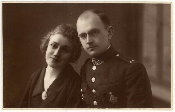 Panevėžio apskrities viešosios bibliotekos rankraštyno nuotr./Kapitonas Vincas Jonuška su žmona Eugenija. 1925 m