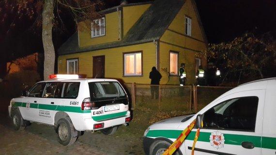 15min.lt nuotr./Policija prie namo, kur buvo aptiktos antroji ir trečioji aukos