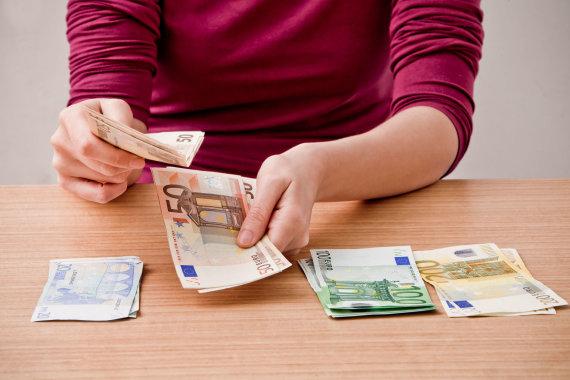 Vida Press nuotr./Skaičiuoja pinigus