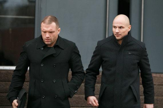 Eriko Ovčarenko / 15min nuotr./Rytis Sadauskas (kairėje) ir Sigitas Gaižauskas (dešinėje) išeinantys iš salės, kur buvo pašarvotas Remigijus Morkevičius