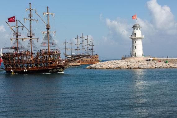 123rf.com nuotr./Turistų pilnas laivas Alanijoje – ekskursija ant vandens