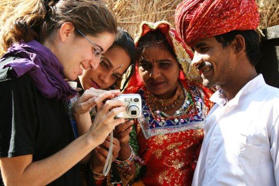 123rf.com /Turistė su vietiniais Indijoje