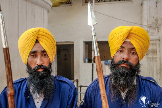 Tomo Baranausko nuotr./Sikhai savo nekerpamus plaukus nešioja turbanų audekluose.