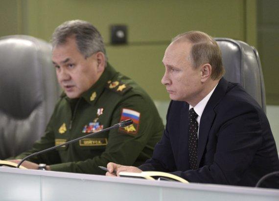 """""""Reuters""""/""""Scanpix"""" nuotr./Sergejus Šoigu ir Vladimiras Putinas"""