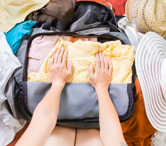 Shutterstock nuotr./Daugiausia žmonių tiesiog lanksto drabužius pakuodamiesi lagaminą
