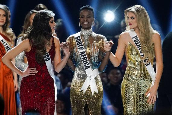 """""""Reuters""""/""""Scanpix"""" nuotr./Puerto Riko atstovė Madison Anderson, """"Mis Visata"""" nugalėtoja Zozibini Tunzi iš Pietų Afrikos ir meksikietė Sofia Aragon"""