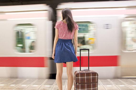 123rf.com nuotr./Mergina laukia traukinio