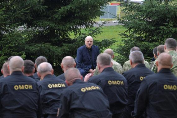"""""""Reuters""""/""""Scanpix"""" nuotr./Minske tęsiasi protestai – moterys stojo į """"Baltą grandinę"""""""