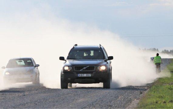 Alvydo Januševičiaus / 15min nuotr./Šiaulių apskrityje dulka žvyrkeliai