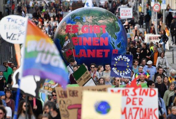 """AFP/""""Scanpix"""" nuotr./Protestuotojų dėl klimato kaitos problemų minia"""