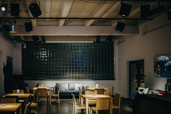 """Agnės Katmandu nuotr./Spaustuvės kavinėje, kaip ir už sienos esančioje """"Infotekoje"""", dažnai vyksta įvairūs renginiai"""