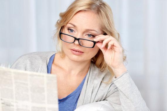 Fotolia nuotr./Moteris skaito laikraštį.