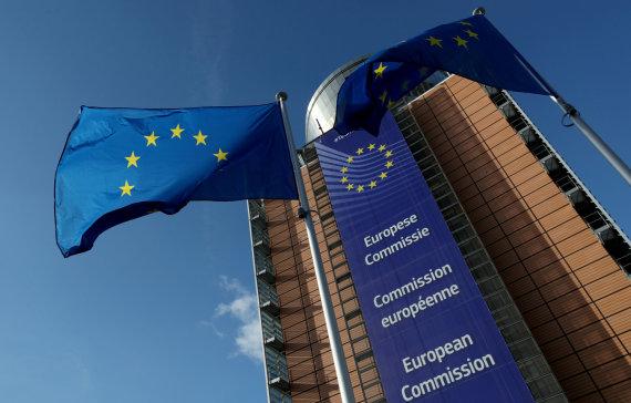 """""""Reuters""""/""""Scanpix"""" nuotr./ES vėliavos prie Europos Komisijos būstinės"""