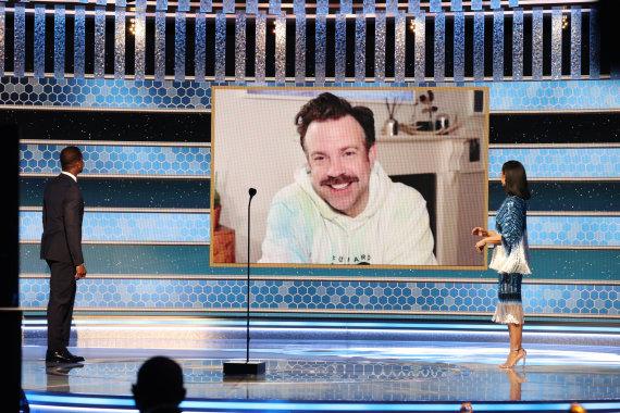 Vida Press nuotr./Jasonui Sudeikiui įteikiamas geriausio miuziklo arba komedijinio serialo aktoriaus apdovanojimas